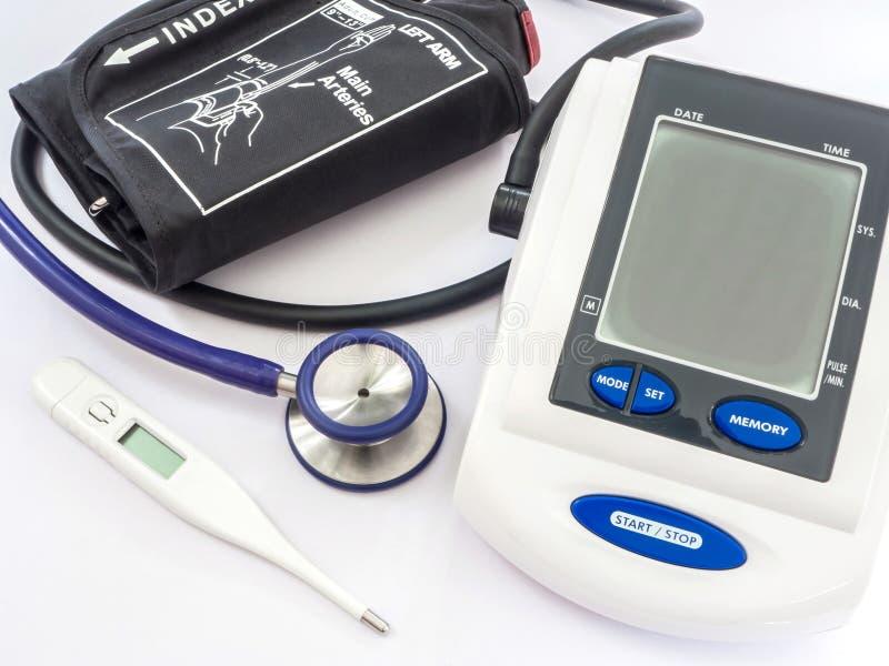 Monitor, stetoscopio e termometro di pressione sanguigna fotografia stock