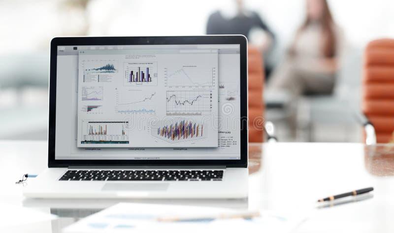Monitor sul desktop in un ufficio moderno Priorità bassa di affari fotografia stock
