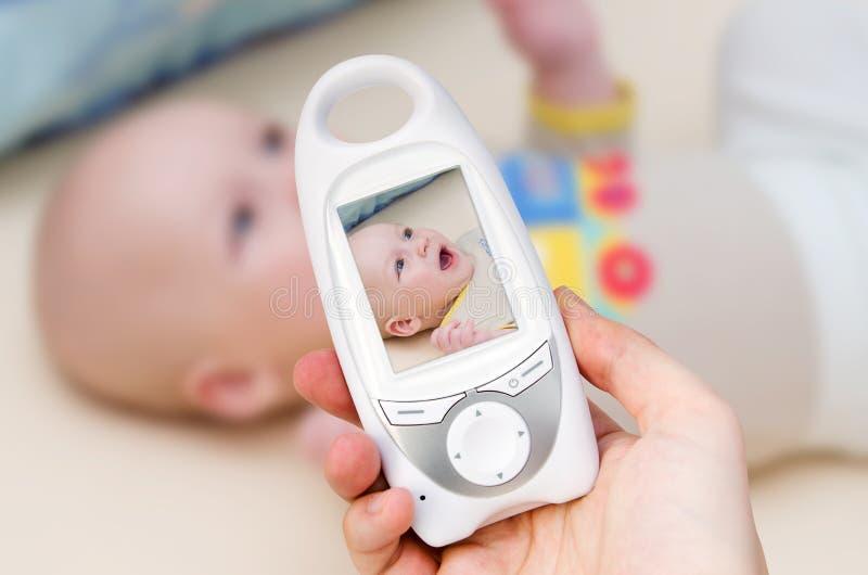 Monitor video do bebê para a segurança do bebê imagens de stock royalty free