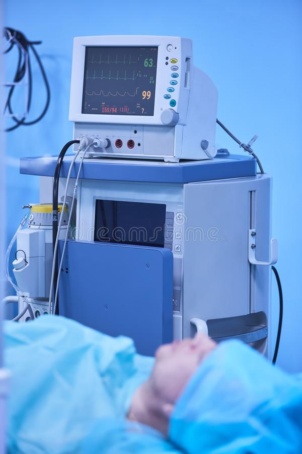 Monitor vitale funzionale di funzioni in una sala operatoria con le macchine nei precedenti, durante l'ambulatorio reale sulla a immagini stock