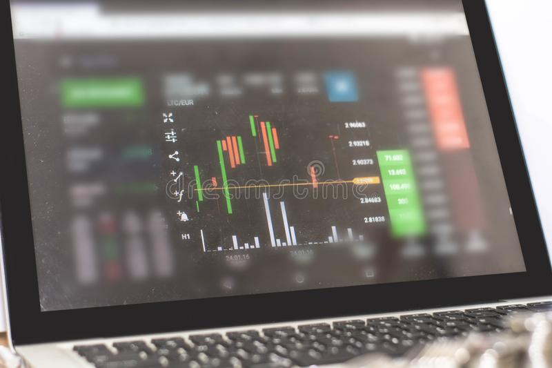Monitor zeigt Handelsverkehr, minning Bitcoin stockfotos