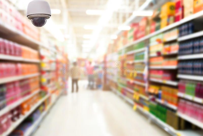 A monitoração da câmara de segurança no sumário borrou a foto da loja no fundo do bokeh do departamento foto de stock royalty free