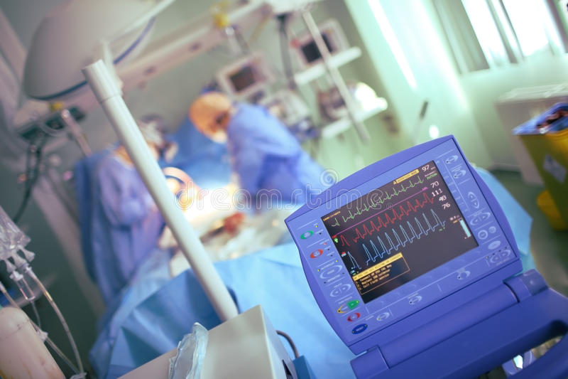 Monitoração da função do coração durante o procedimento médico imagens de stock