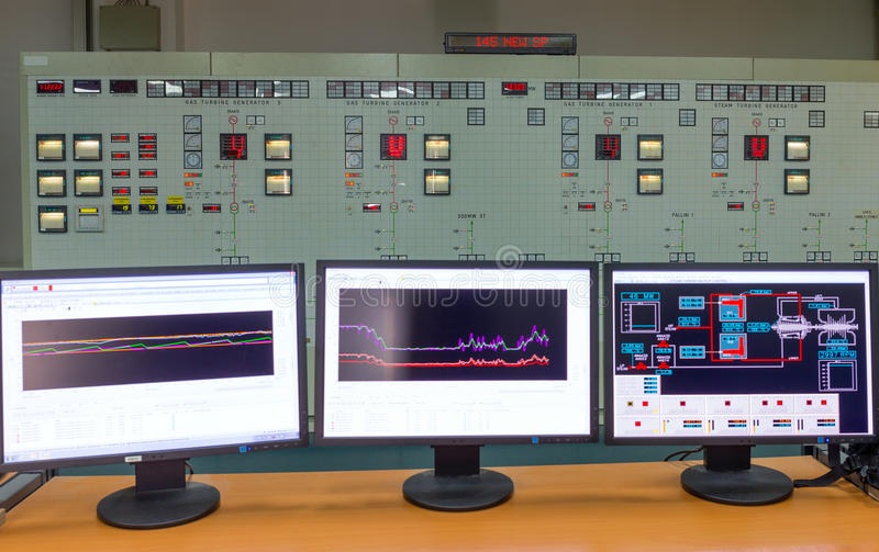 Monitoren in einer Leitstelle eines ErdgasKraftwerks stockbilder