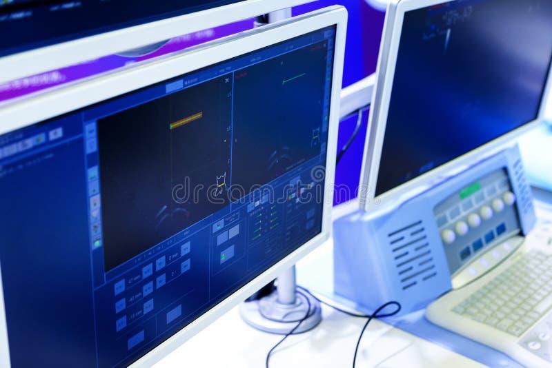 Monitores do equipamento no departamento da oncologia no hospital profundidade do borrão do campo imagens de stock