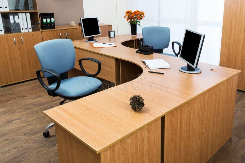 Monitores en un escritorio imagenes de archivo