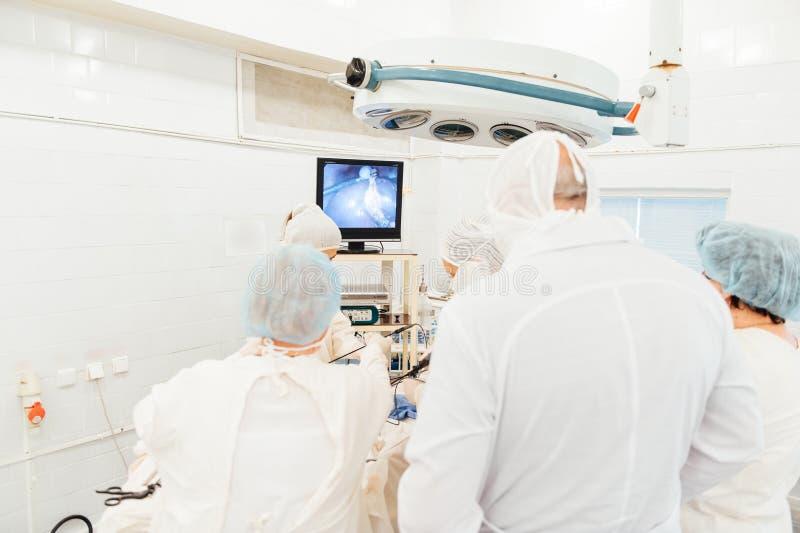 Monitorować funkcjonującego pokój z chirurgami obrazy royalty free