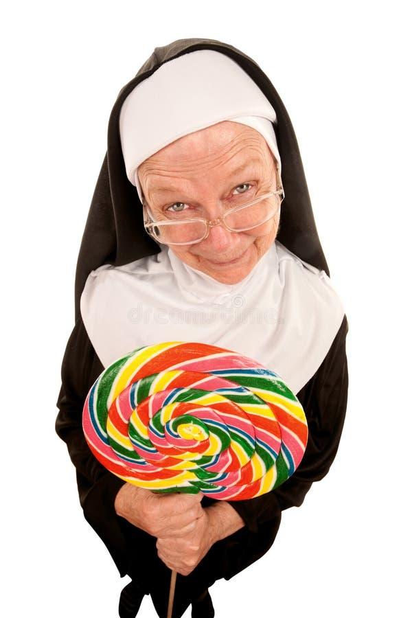 Monja divertida con el lollipop imagenes de archivo