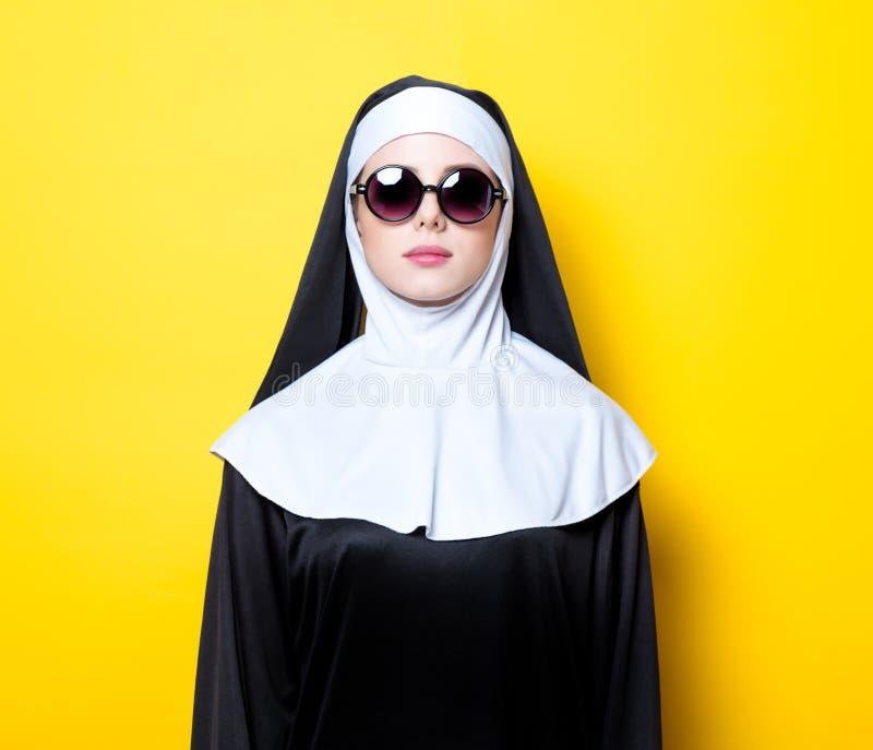 Monja joven con las gafas de sol imágenes de archivo libres de regalías