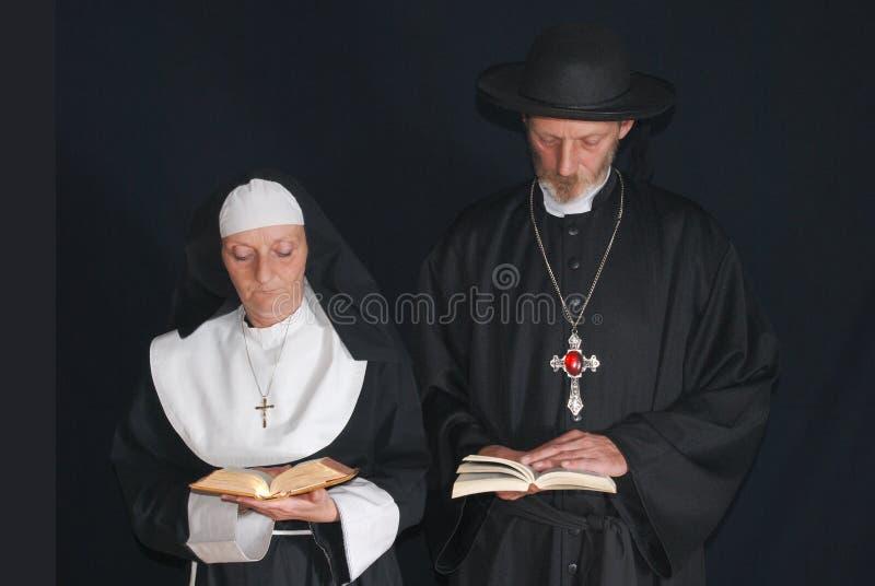 Monja y sacerdote de rogación imagen de archivo libre de regalías