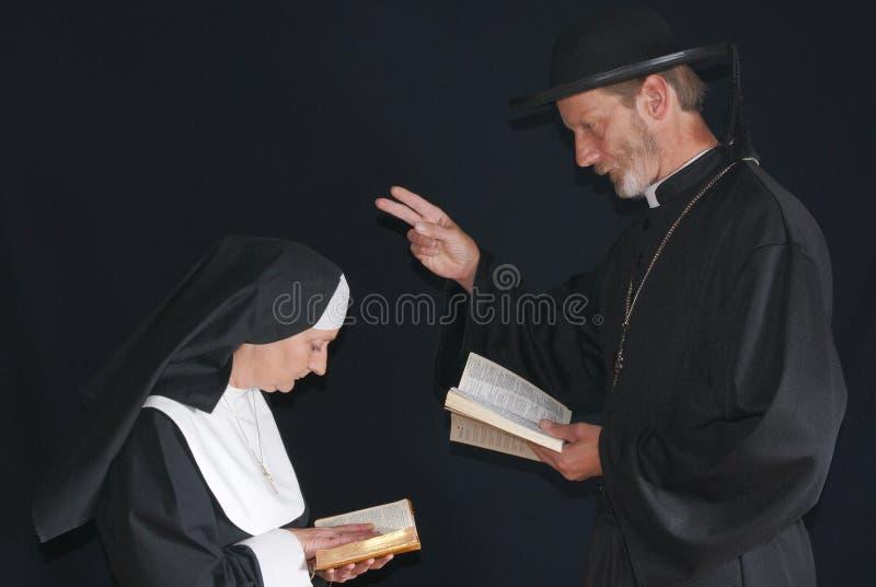 Monja y sacerdote de rogación imágenes de archivo libres de regalías