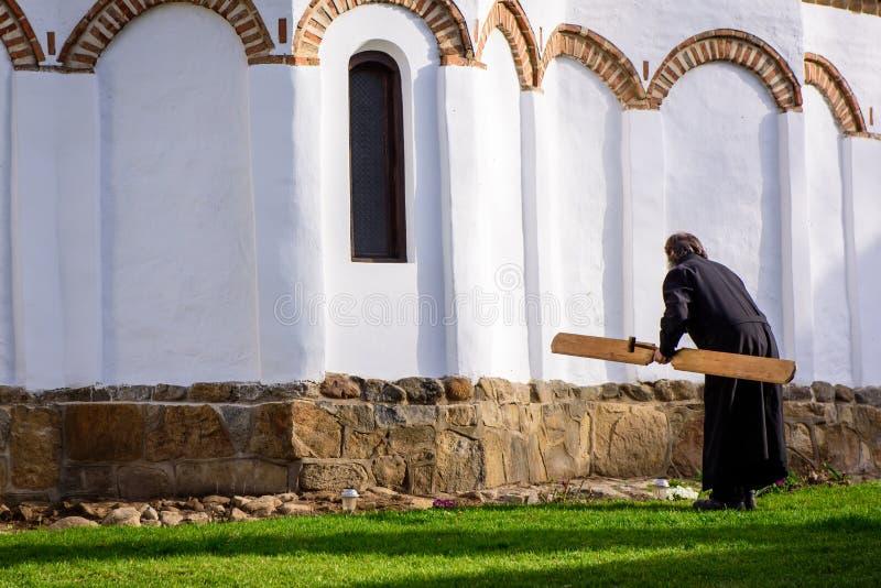 Monje al lado de una iglesia ortodoxa foto de archivo libre de regalías