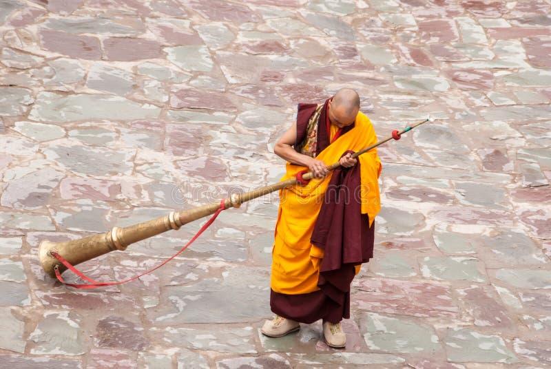 Monje budista con Dungchen imagen de archivo