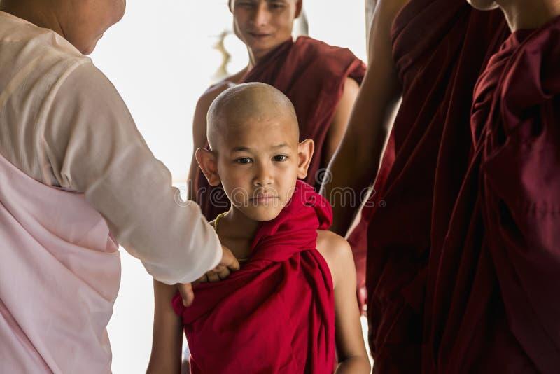 Monje budista de Myanmar en Shwezigon Paya, Bagan, Myanmar fotografía de archivo libre de regalías