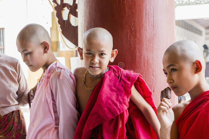 Monje budista de Myanmar en Shwezigon Paya, Bagan, Myanmar fotos de archivo libres de regalías