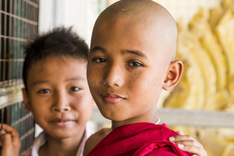Monje budista de Myanmar en Shwezigon Paya, Bagan, Myanmar fotos de archivo