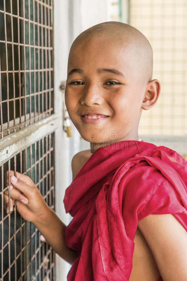 Monje budista de Myanmar en Shwezigon Paya, Bagan, Myanmar imagen de archivo