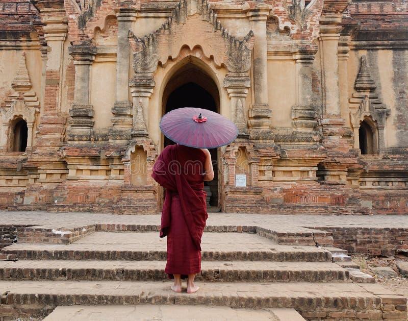 Monje budista en el templo en Bagan, Myanmar imagen de archivo libre de regalías