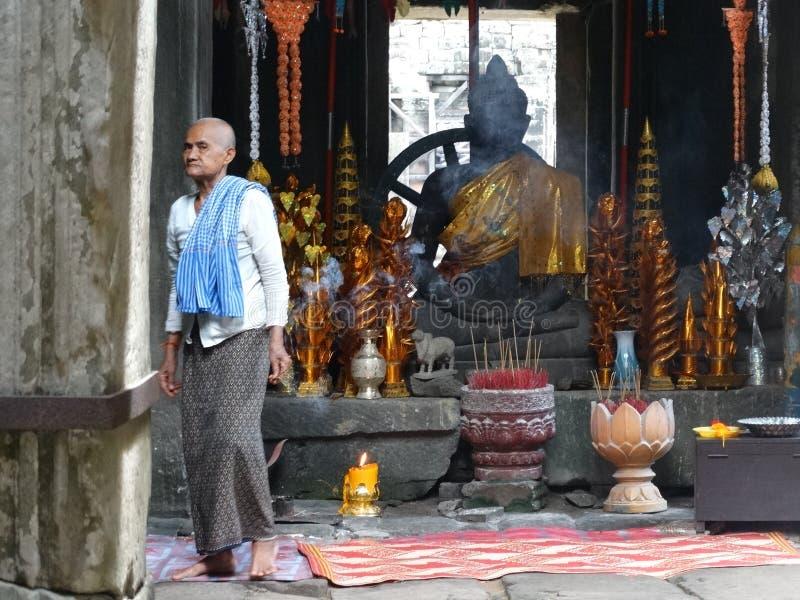 Monje budista en el templo de Bayon, Angkor, Camboya fotos de archivo