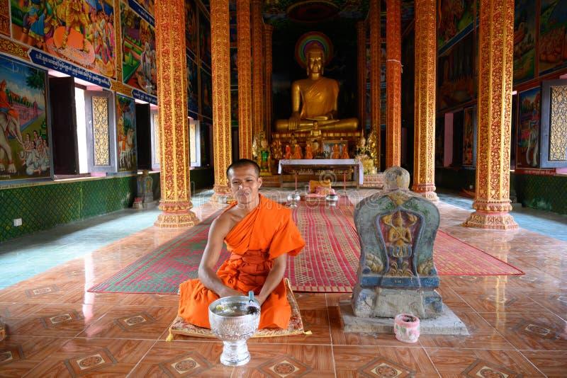 Monje budista en el templo del monasterio en Camboya fotografía de archivo