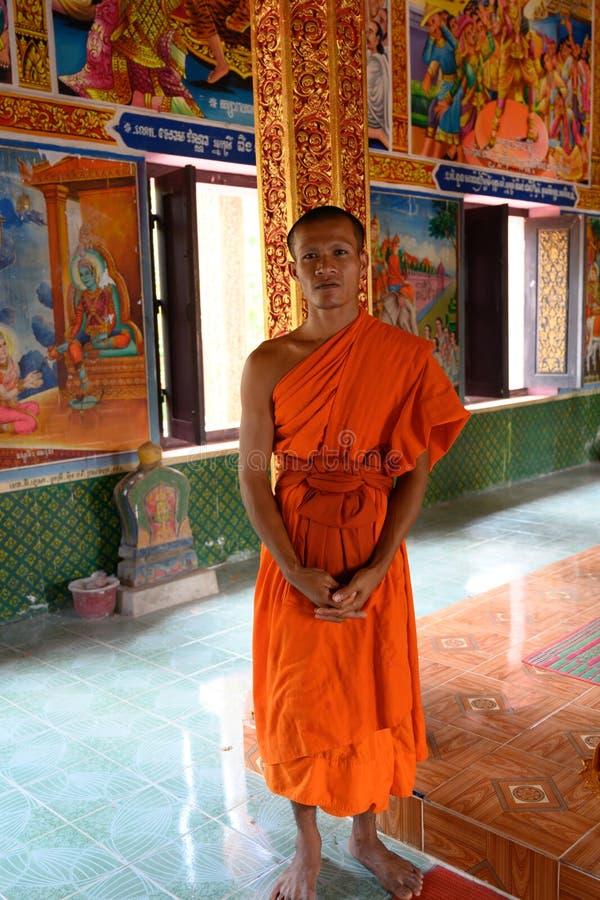 Monje budista en el templo del monasterio en Camboya imagenes de archivo