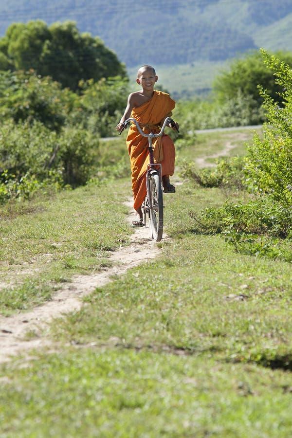 Monje budista en la bicicleta fotos de archivo