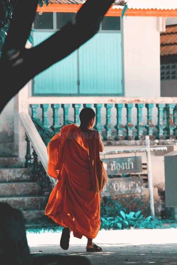 Monje budista en la calle imagen de archivo