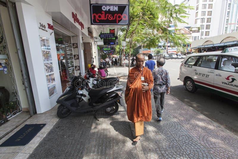 Monje budista en la calle de Ho Chi Minh fotografía de archivo