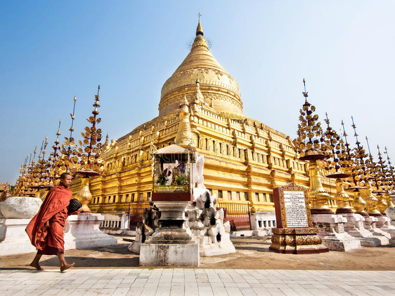 Monje budista en la pagoda de Shwezigon, Bagan, Myanmar fotografía de archivo libre de regalías
