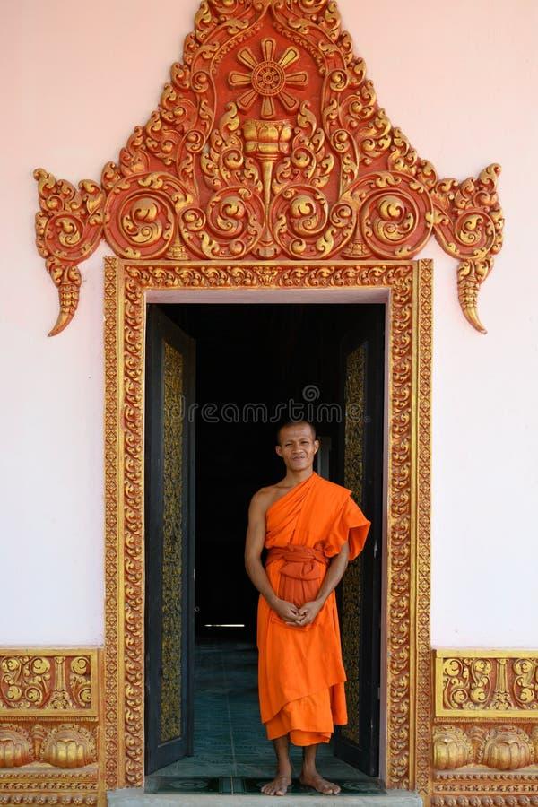 Monje budista en la puerta de monastry en Camboya fotografía de archivo