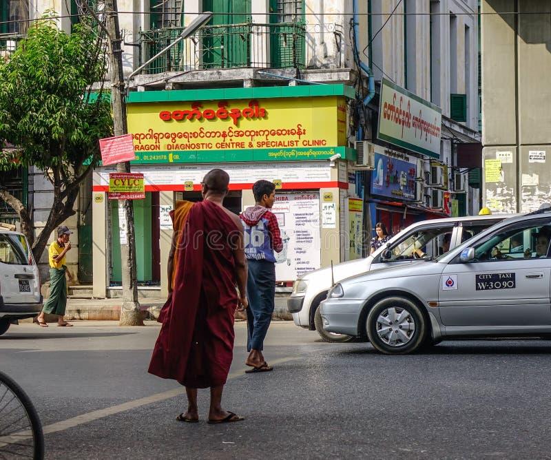 Monje budista que camina en la calle imagenes de archivo