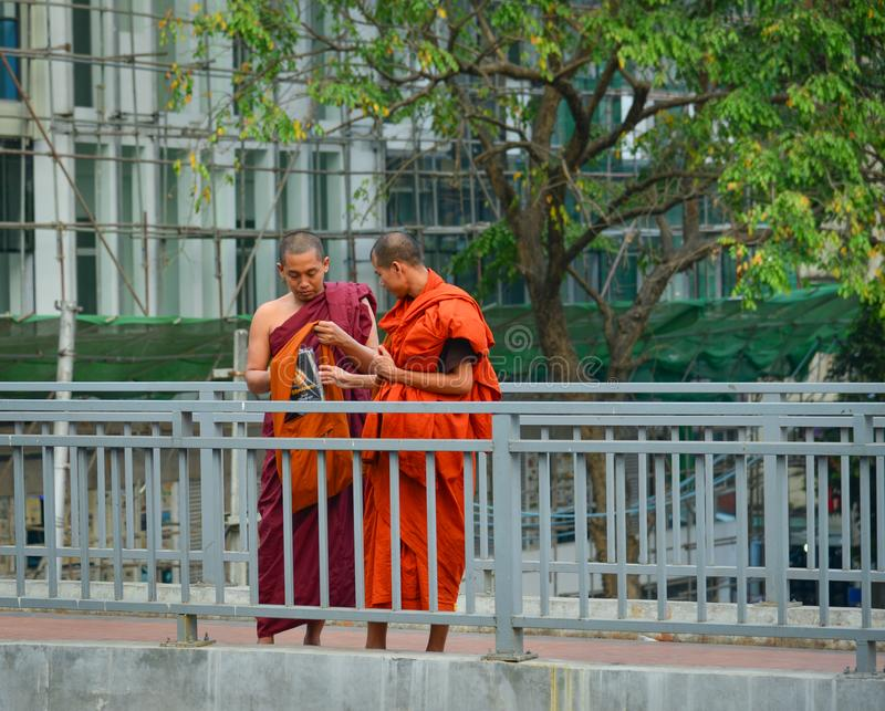 Monje budista que camina en la calle fotos de archivo libres de regalías