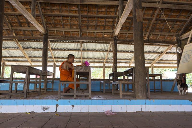 Monje budista que estudia en monasterio en Phnom Penh, Camboya fotos de archivo