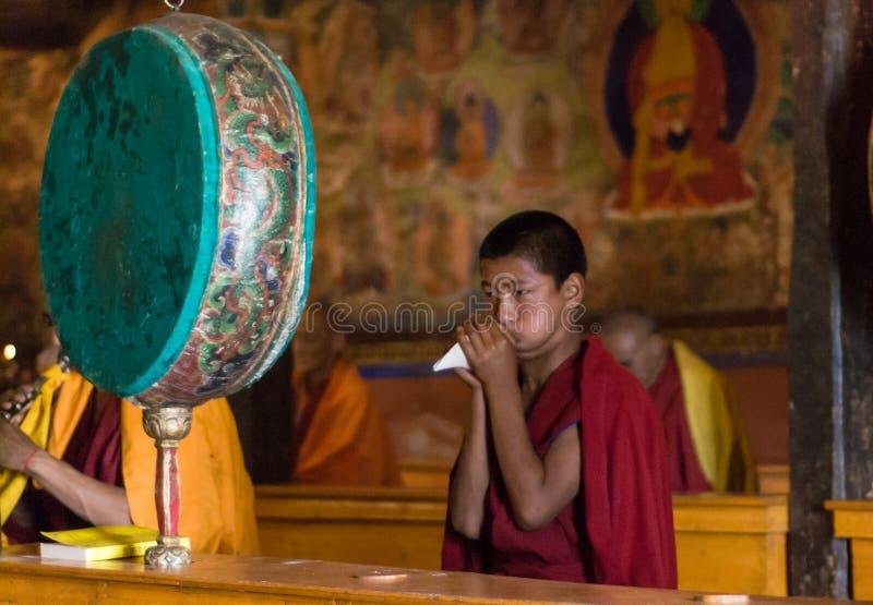 Monje budista que juega en cáscara foto de archivo libre de regalías