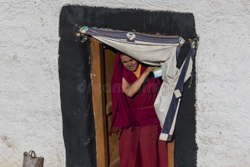 Monje budista tibetano que sale de la entrada fotos de archivo libres de regalías
