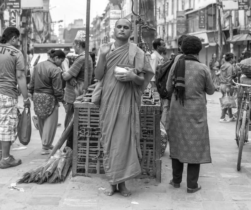 Monje con el pote en la calle, Nepal imágenes de archivo libres de regalías
