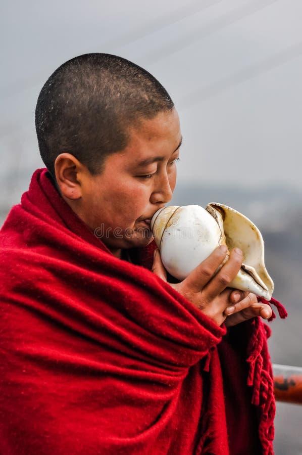 Monje con la concha marina en Arunachal Pradesh imagen de archivo libre de regalías
