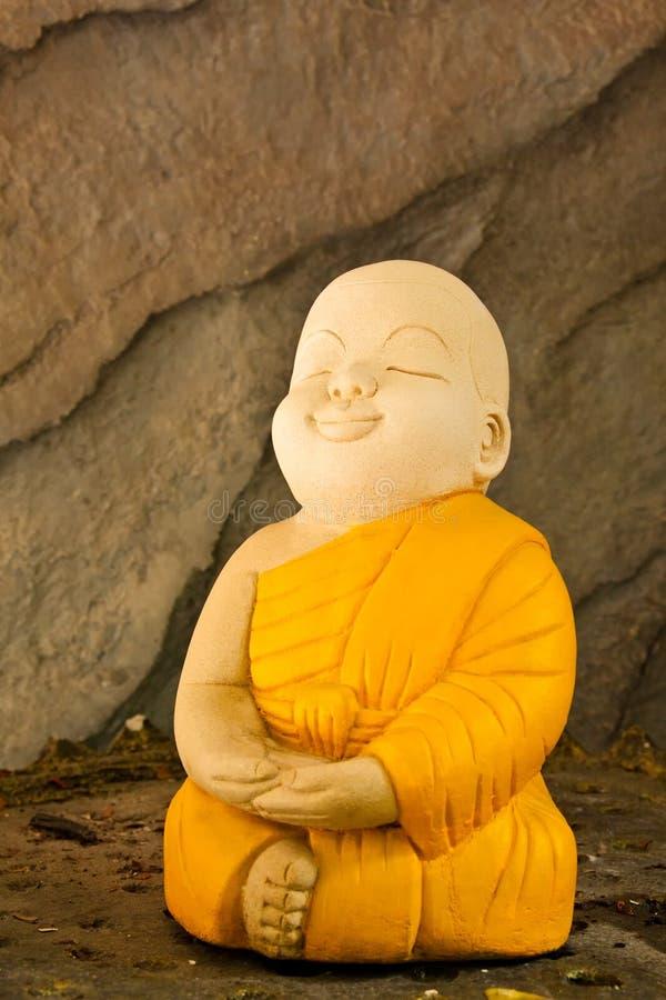 Monje de la meditación de la arcilla de la muñeca imagenes de archivo