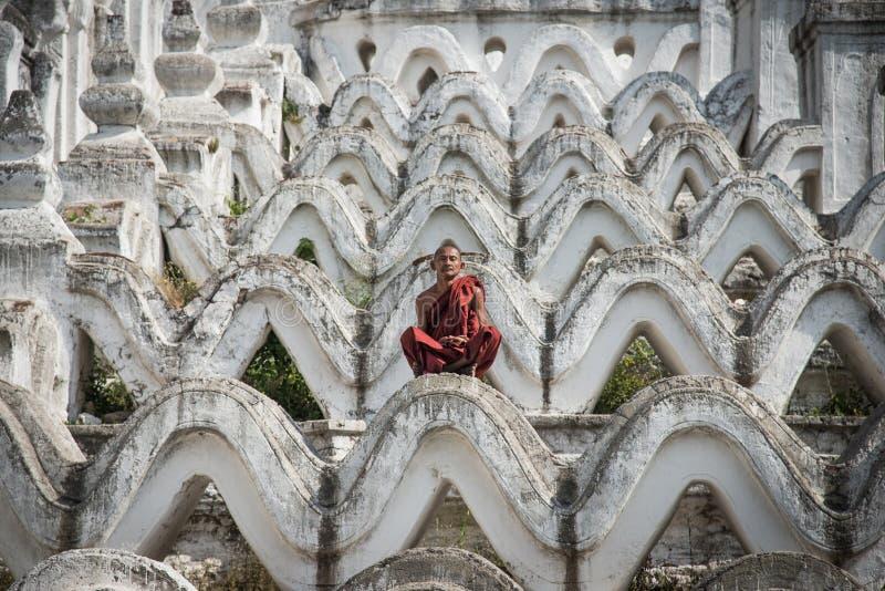 Monje de Myanmar que se sienta para la meditación en el templo blanco de la pagoda de Hsinbyume, Mingun, Mandalay, región de Saga imágenes de archivo libres de regalías