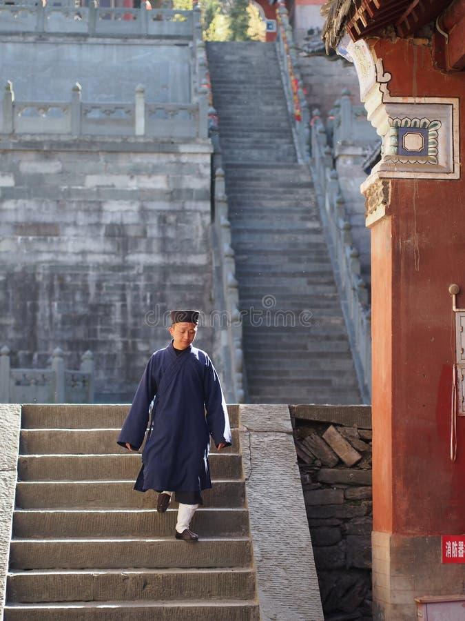 Monje del Taoist en el templo de Wudang El origen del Taoist chino Martia imagen de archivo