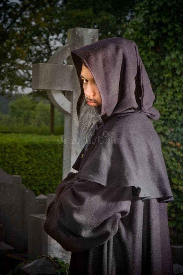 Monje en cementerio foto de archivo libre de regalías