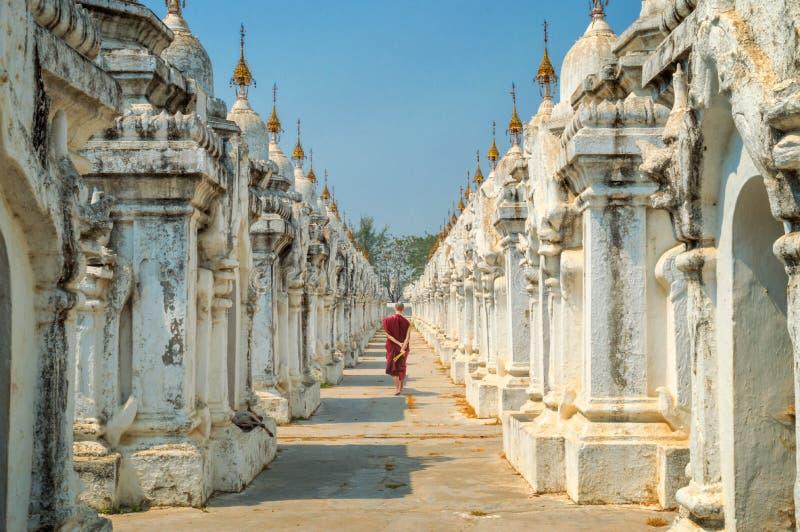 Monje en la pagoda de Kuthodaw en Mandalay, Birmania Myanmar imagen de archivo libre de regalías