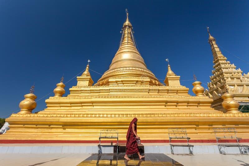 Monje en la pagoda de Kuthodaw, Mandalay, Myanmar foto de archivo