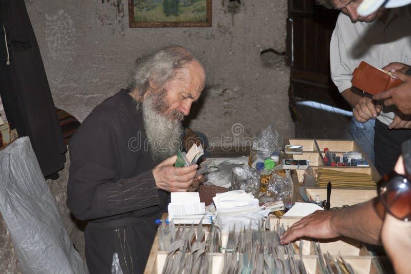 Monje en monasterio de piedra antiguo de la cueva fotografía de archivo libre de regalías