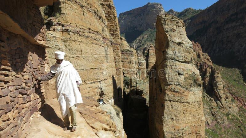 Monje etíope que cuidó la iglesia en la colina, Etiopía, en diciembre de 2017 imágenes de archivo libres de regalías
