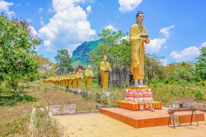 Monje In la línea estatua en lado del país de myanmar imagen de archivo libre de regalías