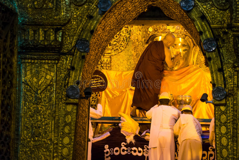 Monje mayor de Myanmar que lava la imagen de Mahamuni Buda foto de archivo libre de regalías
