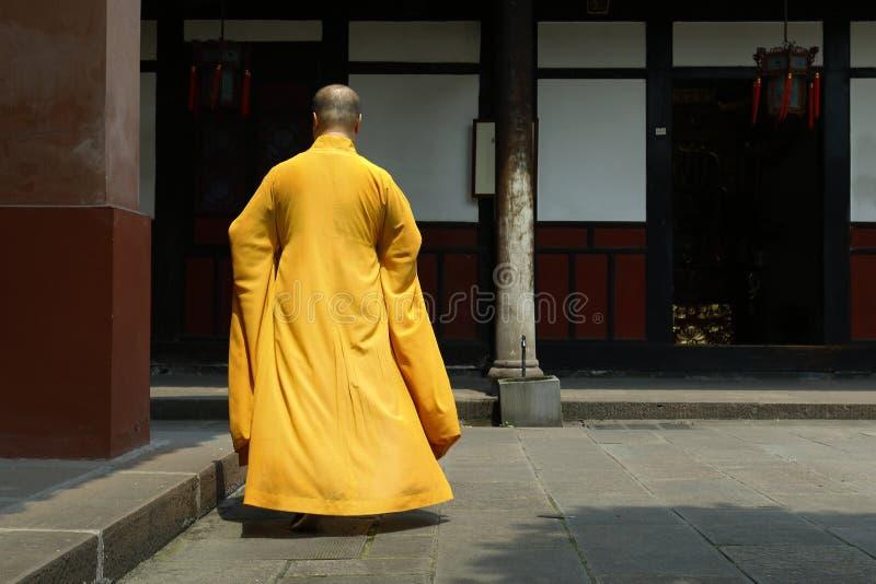 Monje que camina en monasterio fotografía de archivo libre de regalías