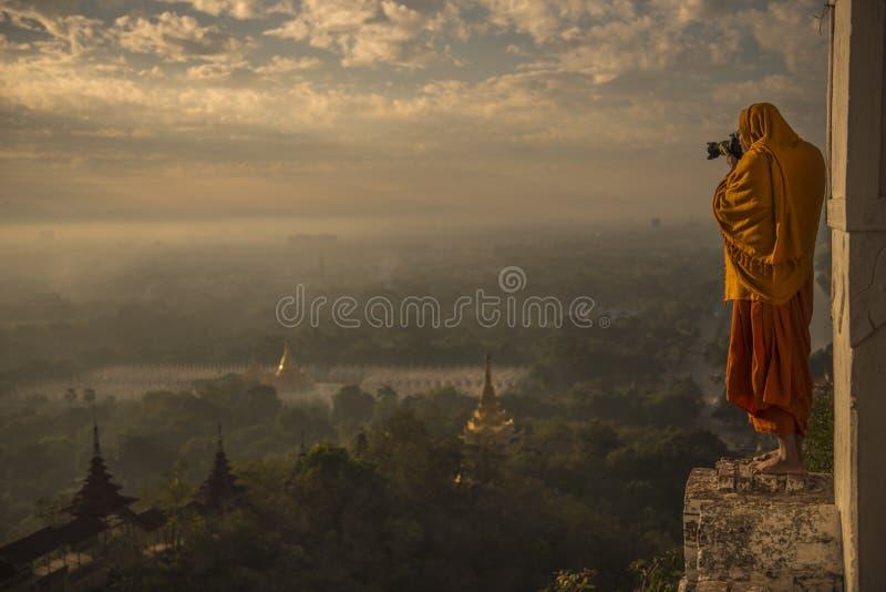 Monje que toma las fotos en el valle de la salida del sol de bagan foto de archivo libre de regalías