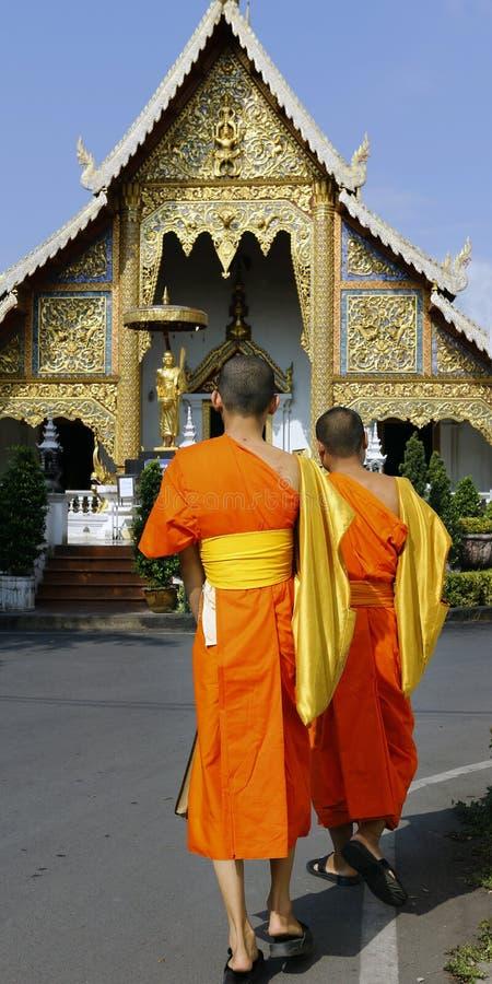 Monje que viene en templo imagen de archivo